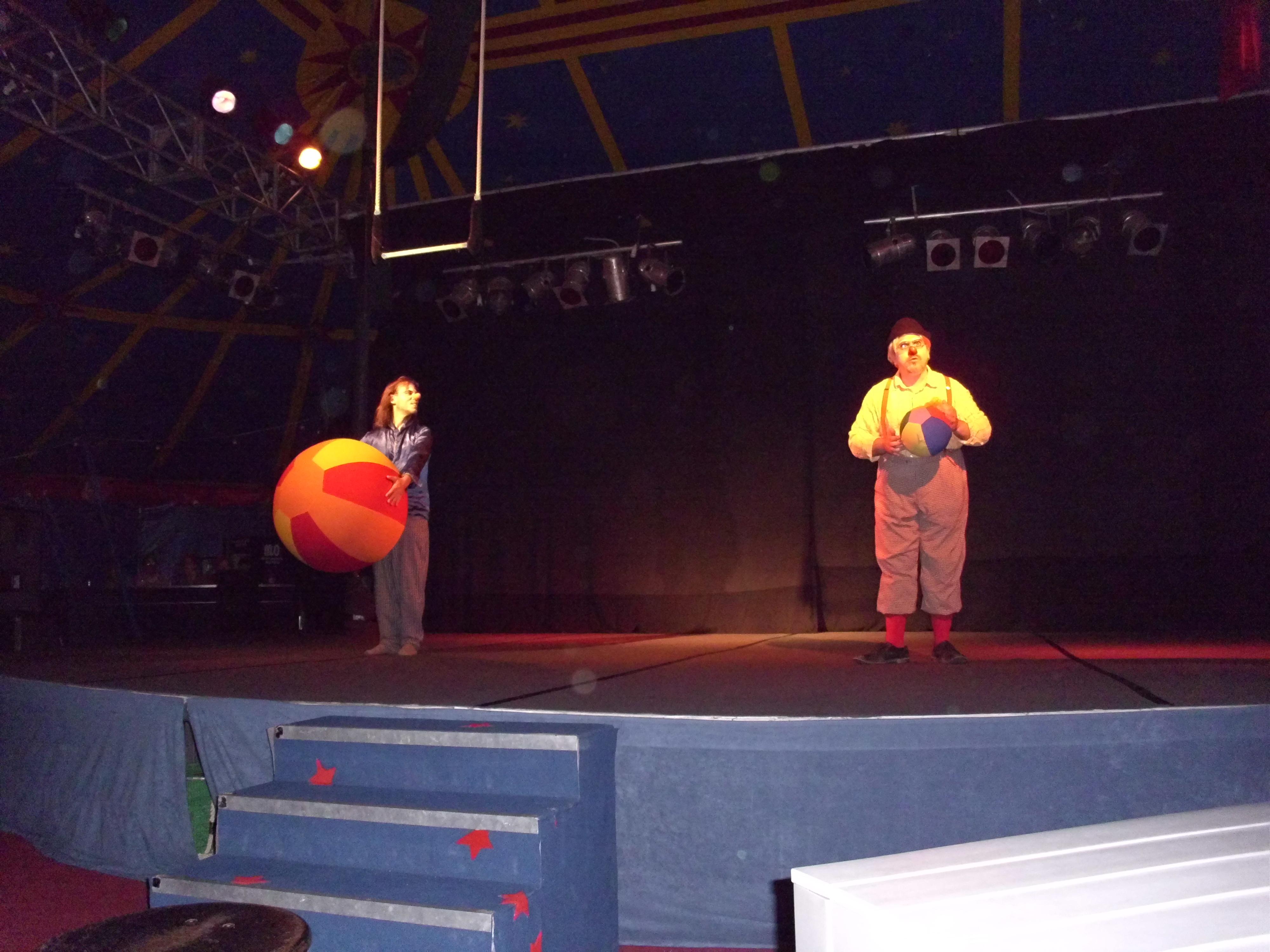 Der Clown mit dem großen Ball und Tomtom