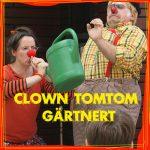Kiki zeigt Tomtom wie man eine Gießkanne benutzt