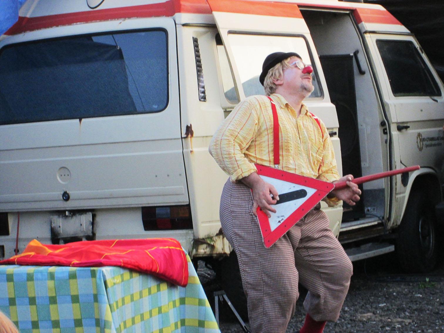 Clown Tomtom spielt Schildgitarre