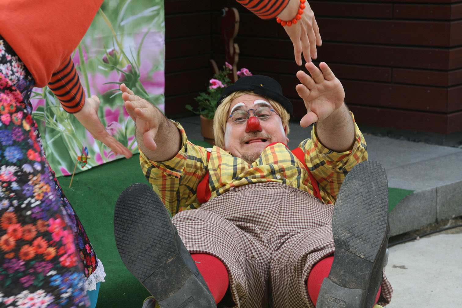 Clown Tomtom versucht aufzustehen